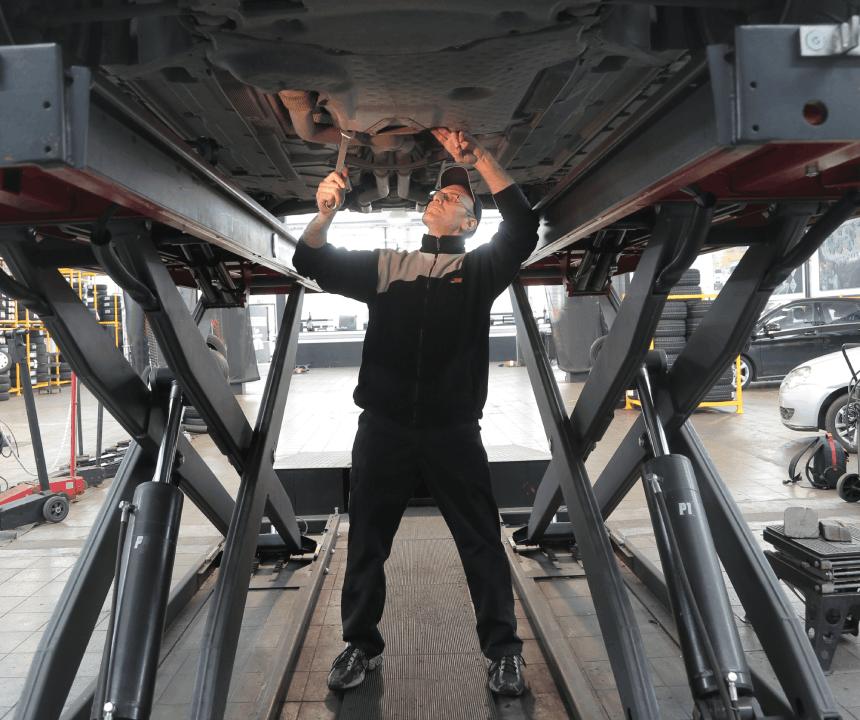 mécanicien sous voiture